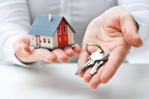 residential locksmith holds house keys