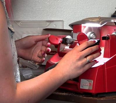 Machine that cuts keys